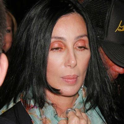 Cher en büyük hatayı, makyaj olarak sadece göz kapaklarına turuncuya yakın bir far sürmekle yapmış. Oysa, mürdüm veya füme tonlarındaki bir farla çok daha çekici görünebilirdi.